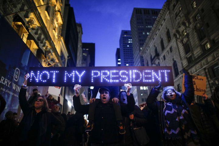 Manifestation contre le président-élu Donald Trump en face de la Trump Tower à New York (Etats-Unis), le 12 novembre 2016. (KENA BETANCUR / AFP)