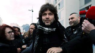 Bertrand Cantat sous la protection d'un vigile durant une manifestation avant son concert à Grenoble (13 mars 2018)  (Lisa Marcelja / PhotoPQR / Le Dauphiné / MaxPPP)