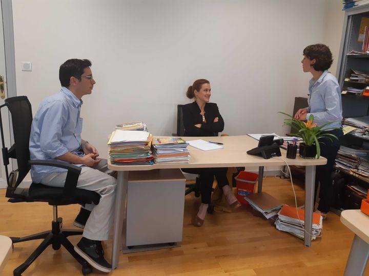 Léonore Moncond'huy, nouvelle maire de Poitiers (Vienne), discute avec des membres de son équipe, le 29 juin 2020. (RAPHAEL GODET / FRANCEINFO)