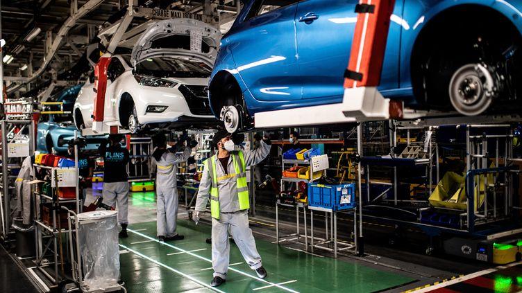 Des employés au travail après le déconfinement sur une chaîne automobile dans une usine de Flins-sur-Seine (Yvelines). (MARTIN BUREAU / AFP)
