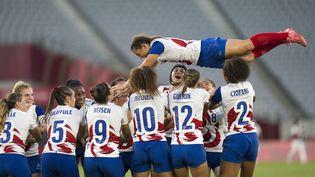 L'équipe de France de rugby à VII célèbre le dernier match de sa capitaine Fanny Horta. (FEI MAOHUA / XINHUA)