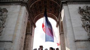 Emmanuel Macron et les chefs de corps de l'armée assistent à une cérémonie marquant le 76e anniversaire de la victoire des alliés sur l'Allemagne nazie., à Paris le 8 mai 2021. (CHRISTIAN HARTMANN / AFP)