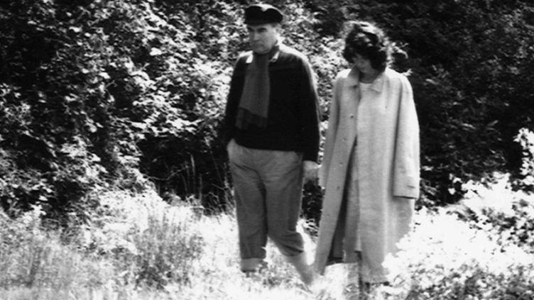 Francois Mitterrand avec Anne Pingeot se promenant dans la proprièté de Francois de Grossouvre dans la Nievre. France - 01/01/1981.  (VILLARD/SIPA)