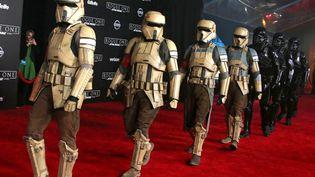 """Les chasseurs impériaux lors de l'avant-première de """"Rogue One : A Star Wars Story"""", à Los Angeles, le 10 décembre 2016 (JIMMY MORRISON / EPA)"""
