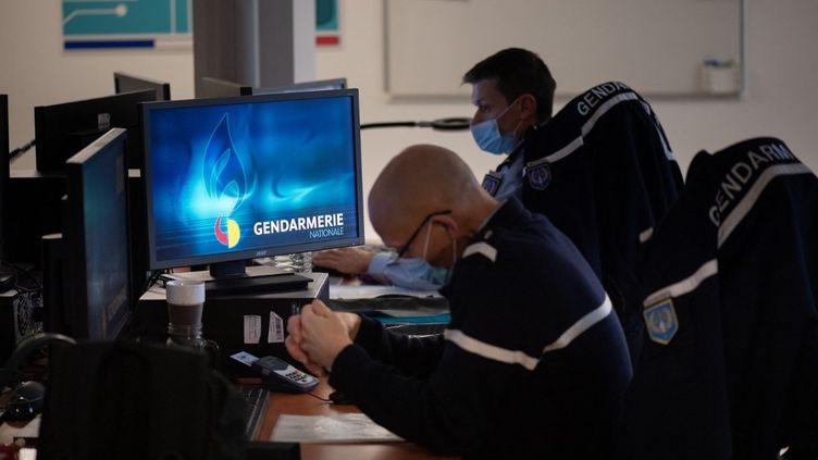 Des gendarmes du pôle judiciaire de la Gendarmerie nationale, à Cergy-Pontoise (Val-d'Oise), le 26 janvier 2021. (MARTIN BUREAU / AFP)