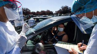 Du personnel soignant procède à des tests dans le parking de l'hôpital de Laval, le 9 juillet 2020. (JEAN-FRANCOIS MONIER / AFP)