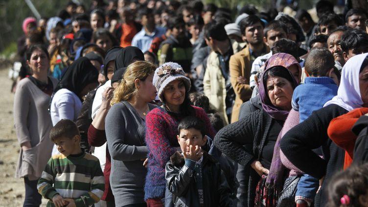 """Des migrants font la queue pour recevoir de la nourriture à l'extérieur du centre d'enregistrement, appelé """"hotspot"""", situé sur l'île grecque de Samos (LEFTERIS PITARAKIS / AP / SIPA)"""