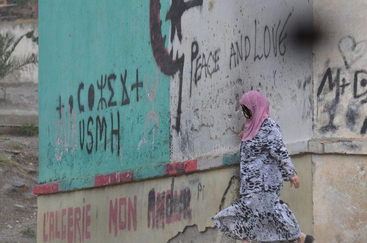 Une habitante de Tizi Ouzou (Kabylie, Algérie), en octobre 2012. (MOURAD ALLILI / CITIZENSIDE.COM / AFP)
