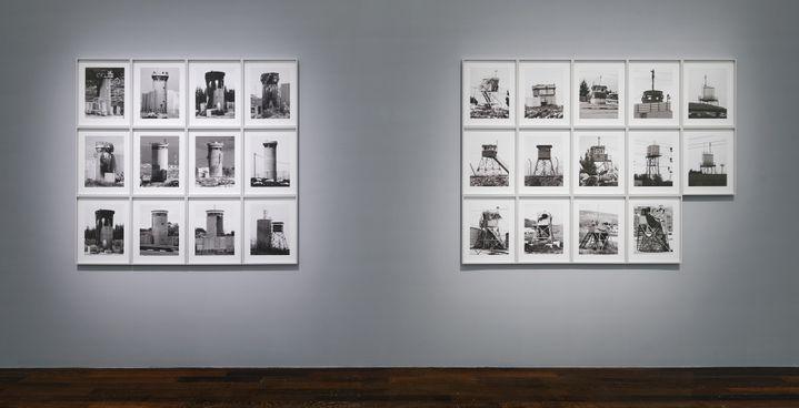 """Taysir Batniji,""""Watchtowers"""", 2008. Courtesy Sfeir-Semler gallery, Beirut/Hamburg. Vue de l'exposition """"Quelques bribes arrachées au vide qui se creuse"""", MAC VAL 2021. (Photo © Aurélien Mole. © Adagp, Paris 2021.)"""