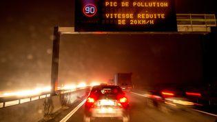 Un panneau signalant la réduction de la vitesse à Lille, le 24 janvier 2017. (PHILIPPE HUGUEN / AFP)