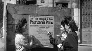"""Pendant la guerre, en juin 1942, Charles de Gaulle fait une promesse : """"une fois l'ennemi chassé du territoire, tous les hommes et toutes les femmes de chez nous éliront l'Assemblée nationale"""". Cigarette au bec, ces Françaises sont devenues des électrices, ce jour du 29 avril 1945 à Paris. (STAFF / INTERCONTINENTALE / AFP)"""