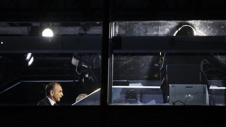 """Eric Zemmour lors de son émission """"Face à l'info"""" sur Cnews le 21 octobre. (VINCENT ISORE / MAXPPP)"""