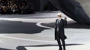 Karl Lagerfeld lors d'un défilé au Grand Palais à Paris, le 5 mars 2013. (PATRICK KOVARIK / AFP)