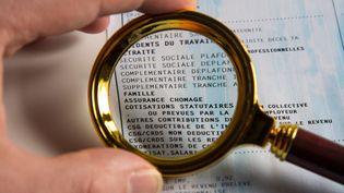 Un bulletin de paie scruté à la loupe, le 5 février 2019 à Paris. (RICCARDO MILANI / AFP)