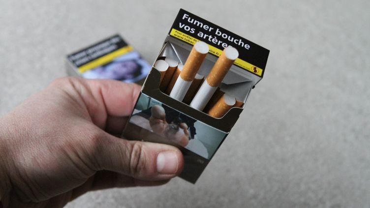 30/01/2017. Un paquet de cigarette neutre Marlboro Gold. Vogue, Café Crème, plusieurs marques vont disparaitre.  (MAXPPP)
