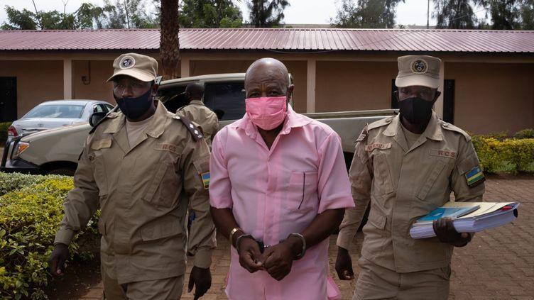 Paul Rusesabagina encadré par deux policiers arrive au tribunal de Kigali, le 2 octobre 2020. Sa demande de libération pour raison de santé a été une nouvelle fois rejetée. (SIMON WOHLFAHRT / AFP)