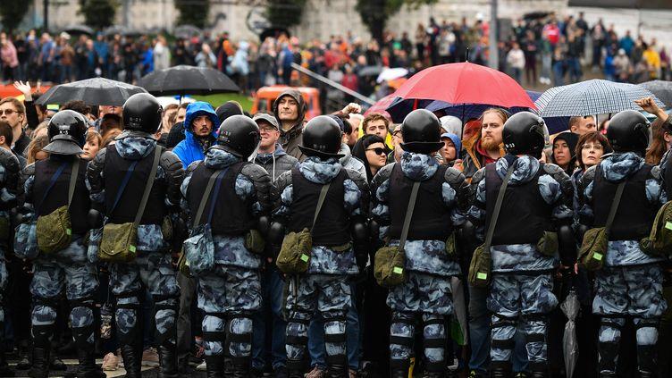 Des forces de l'ordre font face à une manifestation d'opposants, le 10 août 2019 à Moscou. (ALEXANDER VILF / SPUTNIK / AFP)