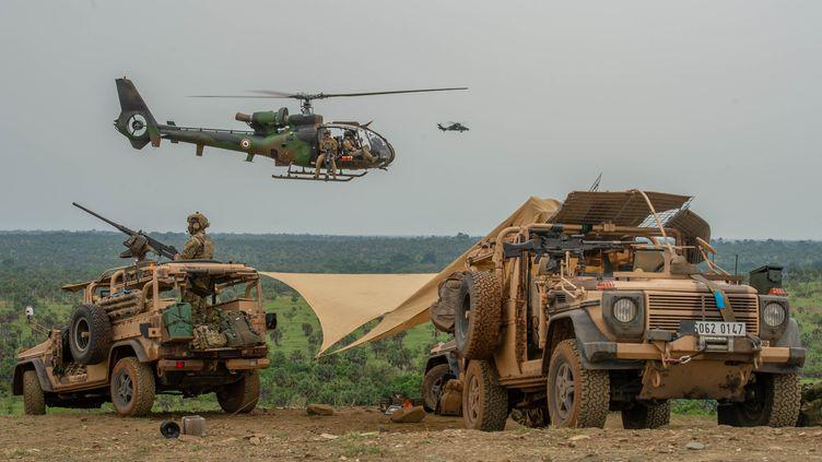 La Gazelle pilotée par le lieutenant Darius, lors d'un exercice du 4e regiment d'hélicoptères des forces spéciales, à Lomo Nord, en Côte d'Ivoire, en mars 2021 (CHRISTOPHE M / CFST / ARMEE DE TERRE)