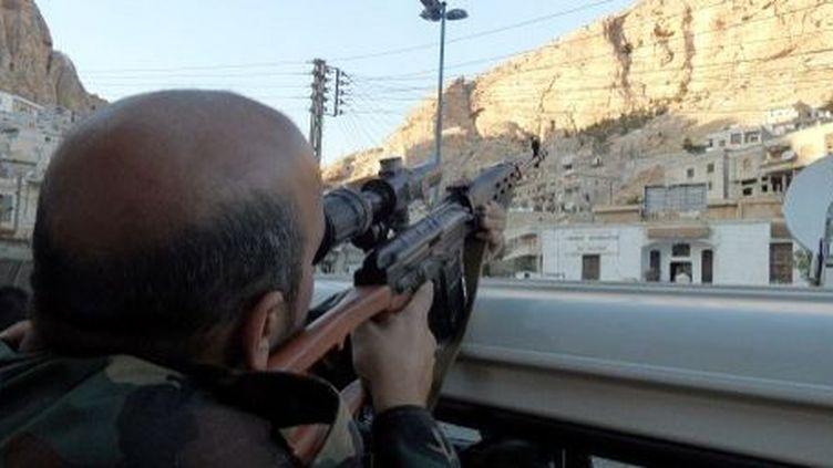 Un soldat syrien en poste dans les rues de la ville chrétienne de Maalula, le 11 septembre 2013. (AFP PHOTO / STR)