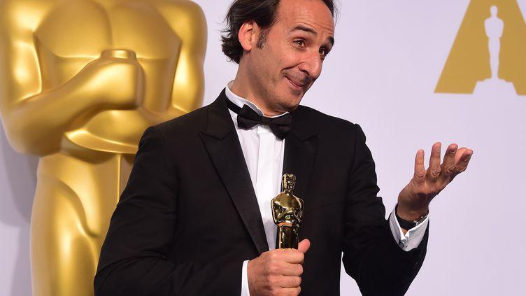 Le compositeur français Alexandre Desplat pose avec son Oscar, à Los Angeles (Californie), le 23 février 2015. (FREDERIC J. BROWN / AFP)