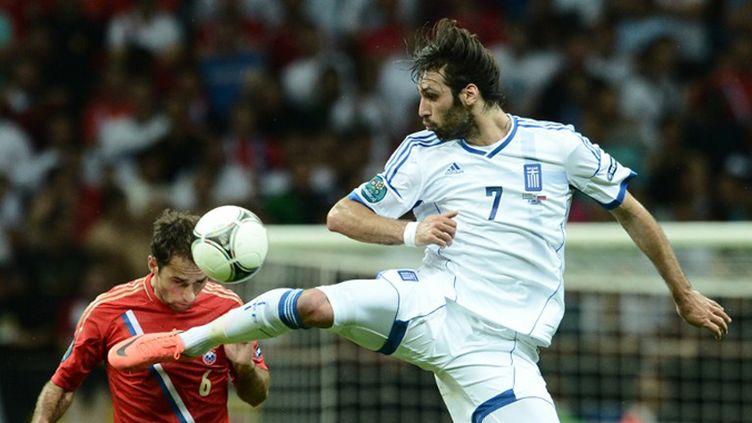 Le Grec Giorgios Samaras survole le Russe Roman Shirokhov (ARIS MESSINIS / AFP)