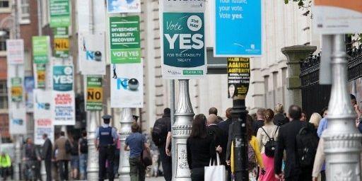 A Dublin, le 29 mai 2012, la rue vit au rythme des pro et des anti-traité européen sur le pacte budgétaire. Deux jours plus tard, les électeurs irlandais se prononceront à 60% pour sa ratification. (AFP PHOTO / PETER MUHLY)