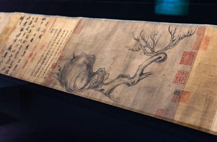 """Détail de la peinture """"Bois et Pierre"""" réalisée par Su Shi (1037-1101).  (Philip FONG / AFP)"""