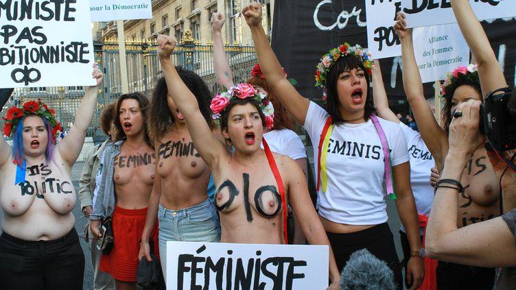Des militantes féministes manifestent devant le palais de justice à Paris, pendant le procès des Femen accusées d'exhibition sexuelle, le 31 mai 2017. (STRINGER / AFP)