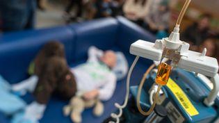 Un enfant est traité au service d'oncologie de l'hôpital pédiatrique Dr. von Haunerschen de Munich (Allemagne), le 16 décembre 2015. (MATTHIAS BALK / DPA / AFP)