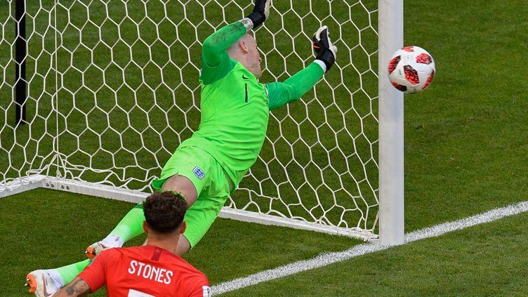 Le gardien anglais Jordan Pickford réalise un arrêt face à la Suède, le samedi 7 juillet 2018 à Samara (Russie) lors du quart de finale de Coupe du monde. (ALEXANDER NEMENOV / AFP)