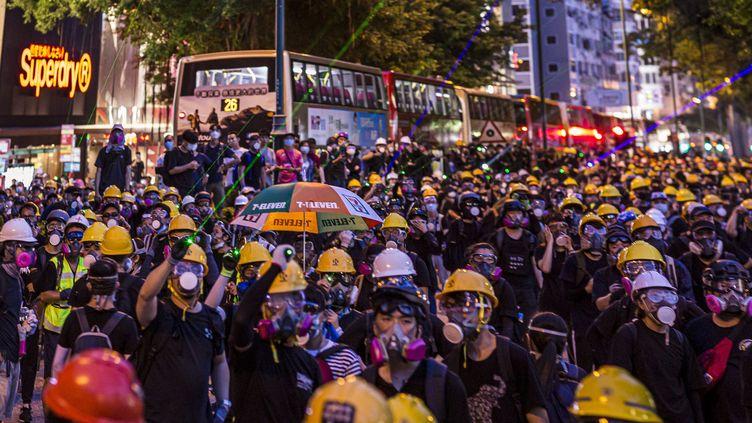 Des manifestants, dans les rues de Hong Kong, le 11 août 2019. (EMILIO NAVAS / MAXPPP)