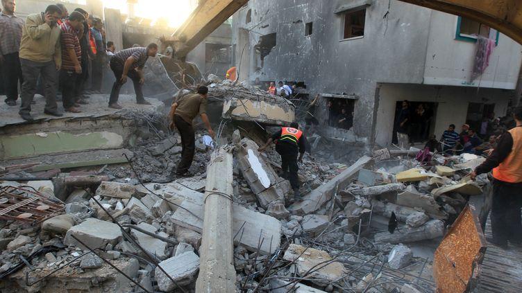 Au moins sept personnes d'une même famille sont mortes dans un raid israélien qui a touché une maison à Gaza, dimanche 18 novembre. (MAHMUD HAMS / AFP)