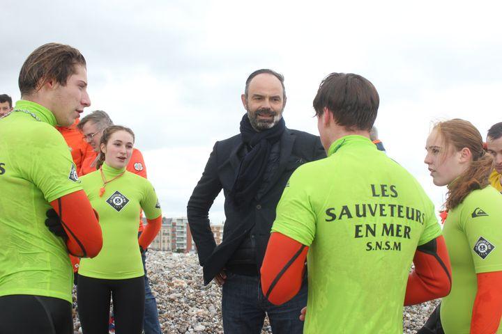 Edouard Philippe discute avec des jeunes en fomation pour devenir sauveteurs en mer, le 15 janvier 2020, au Havre. (CLEMENT PARROT / FRANCEINFO)