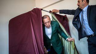 Le président turc Recep Tayyip Erdogan sort de l'isoloir, pendant les élections municipales, à Istanbul, le 31 mars 2019. (BULENT KILIC / AFP)