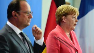 Angela Merkel et François Hollande face à la presse à Berlin, le 24 août2015. (JOHN MACDOUGALL / AFP)