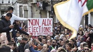 Les Algériens manifestaient le 10 décembre à Alger contre la tenue de l'élection présidentielle. (RYAD KRAMDI / AFP)