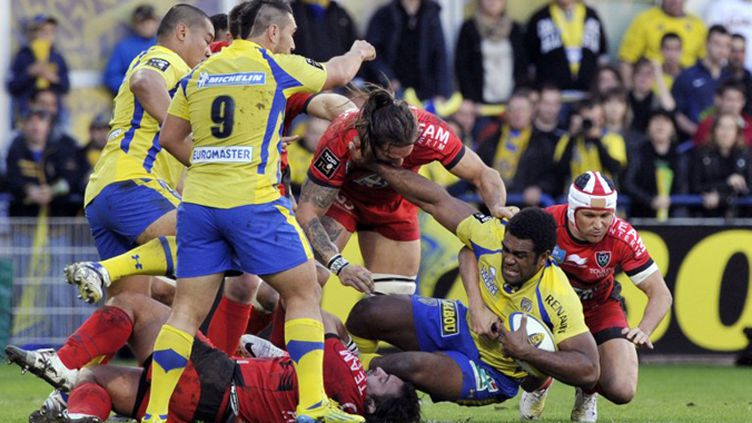 Napoleoni Nalaga (Clermont) s'arrache face à la défense toulonnaise (THIERRY ZOCCOLAN / AFP)