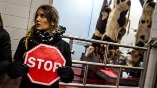 Une militante de l'association antispéciste 269 Libération Animale dans un abattoir près de Saint-Etienne (Loire), le 19 décembre 2016. (NICOLAS LIPONNE / NURPHOTO / AFP)