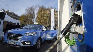 """Ce taxi àhydrogène de la compagnie """"Hype"""" circule dans les rues de Paris depuis 2016. (DOMINIQUE FAGET / AFP)"""