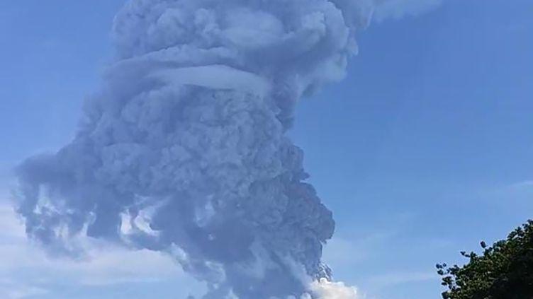 Des habitants regardent levolcan Lewotolo, entré en éruption en Indonésie, le 29 novembre 2020. (JOY CHRISTIAN / AFP)
