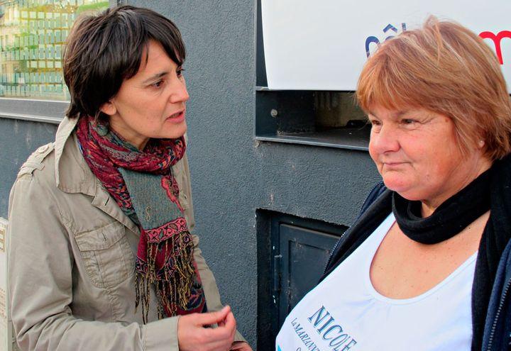"""Nathalie Arthaud avec Nicole la """"Marianne des chômeurs"""" lors d'une rencontre avec une association à Thionville (Moselle), dimanche 6 novembre 2011. (Salomé Legrand / FTVi)"""