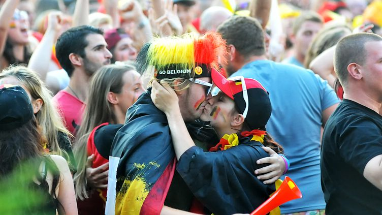 Les supporters belges font front commun derrière leur équipe des Diables Rouges, à Tournai, le 2 août 2018. (SEBASTIEN JARRY / MAXPPP)