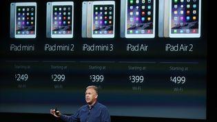 Phil Schiller, vice-président en charge du marketing d'Apple, présente le nouvel iPad Air 2, le 16 octobre 2014 à Cupertino en Californie (Etats-Unis). (JUSTIN SULLIVAN / GETTY IMAGES NORTH AMERICA / AFP)