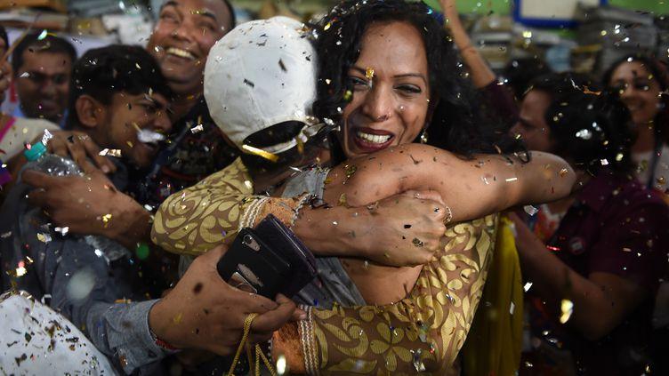 Des militants de la cause LGBT célèbrent à Bombay la décision de la Cour suprême indienne de dépénaliser l'homosexualité, le 6 septembre 2018. (INDRANIL MUKHERJEE / AFP)
