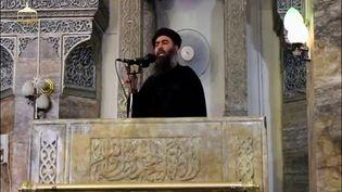L'homme présenté comme le leader du groupe Etat islamique, Abou Bakr al-Baghdadi, lors de sa seule apparition publique connue, dans la mosquée al-Nouri de Mossoul (Irak), sur une vidéo mise en ligne le 5 juillet 2014. (REUTERS)