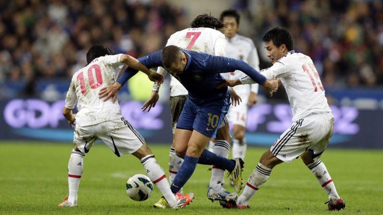 Karim Benzema empêtré dans la défense japonaise