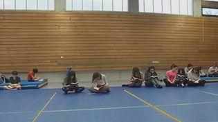 Des collégiens lisant. (France 2)