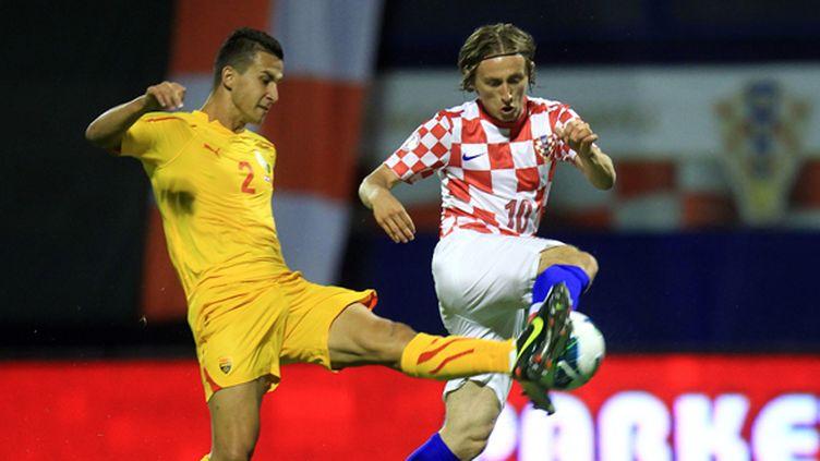 Luka Modric, ici à la lutte avec le Géorgien Georgievski Daniel, est incontestablement le leader technique de la formation croate. (STRINGER / AFP)