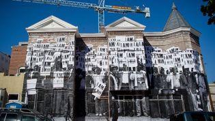 """Le """"photograffeur"""" JR a décoré ce bâtiment desaffecté de Washington.  (Mladen Antonov / AFP)"""