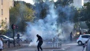 Un nouvel épisode de tension a eu lieu dans la soirée du 8 septembre à Corbeil-Essonnes (Essonne), dans le quartier des Tarterêts. Un véhicule de police a été la cible de projectiles lancés par un groupe d'individus. Après plusieurs nuits de violences, c'est une interpellation qui aurait déclenché ces échauffourées. (FRANCE 3)